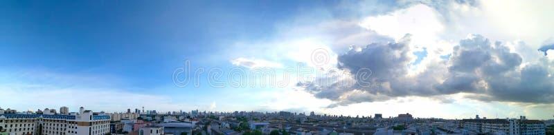 Облака панорамы пушистые в городе стоковая фотография rf