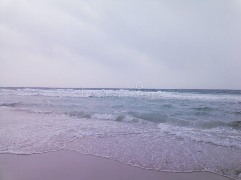 Облака песка пляжа воды волн стоковое фото rf