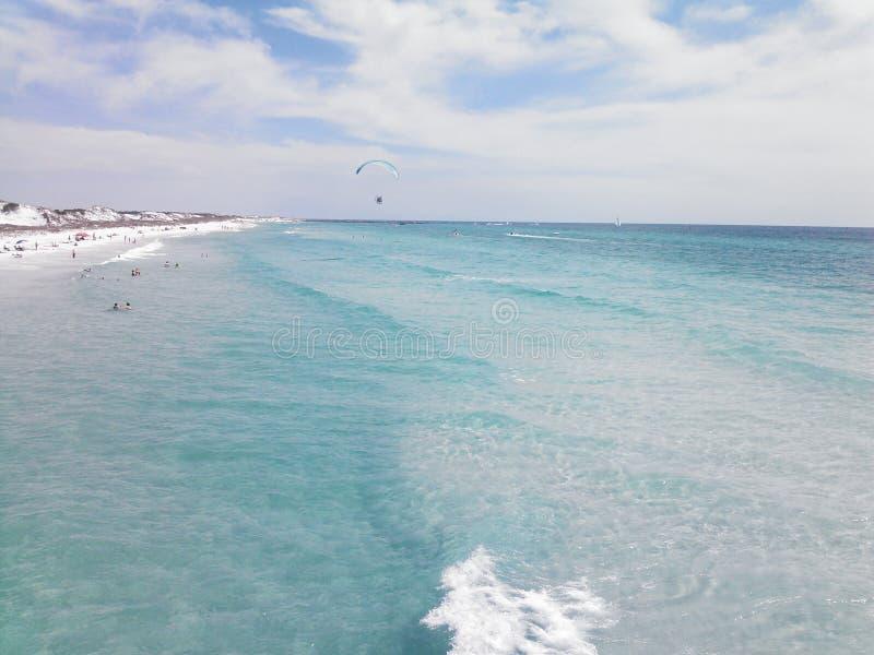 Облака песка пляжа воды волн стоковая фотография rf