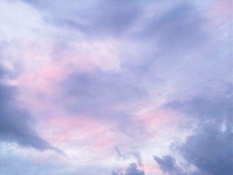 Облака пинка и белых на голубом небе стоковое фото