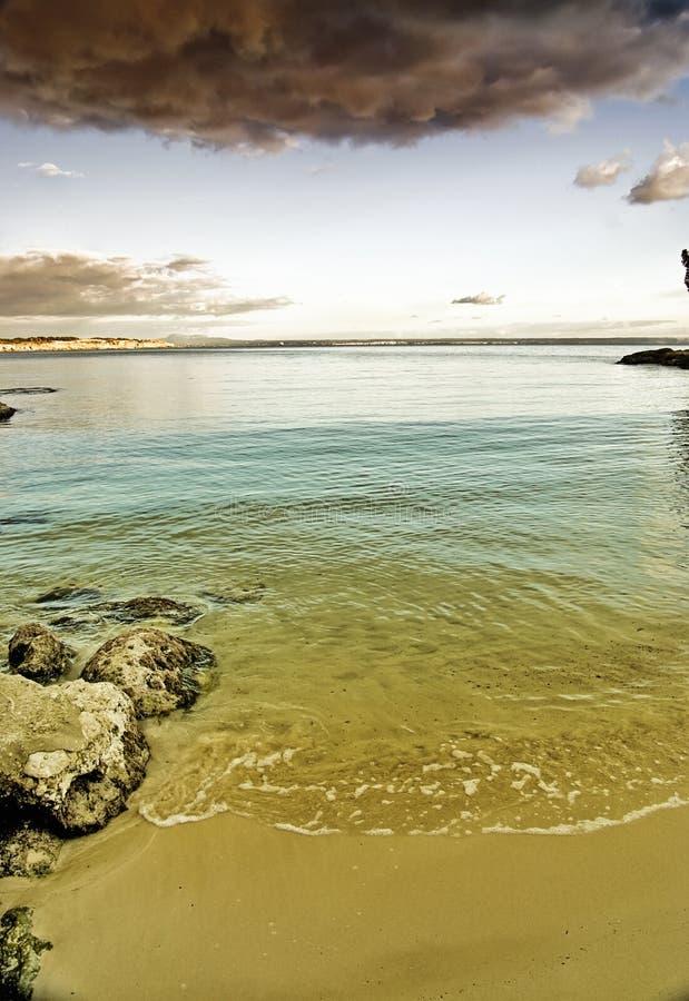 облака пляжа над штормом стоковое фото rf