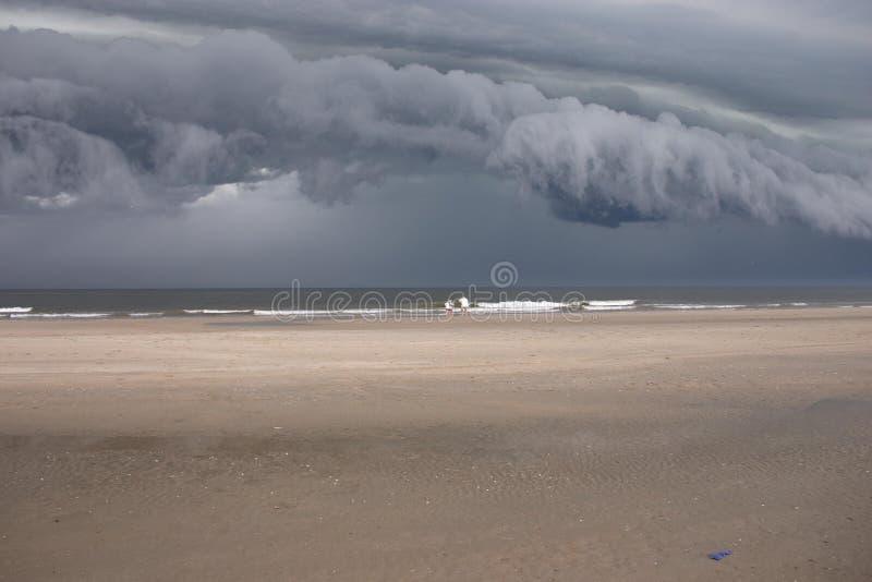 облака пляжа над штормом стоковая фотография