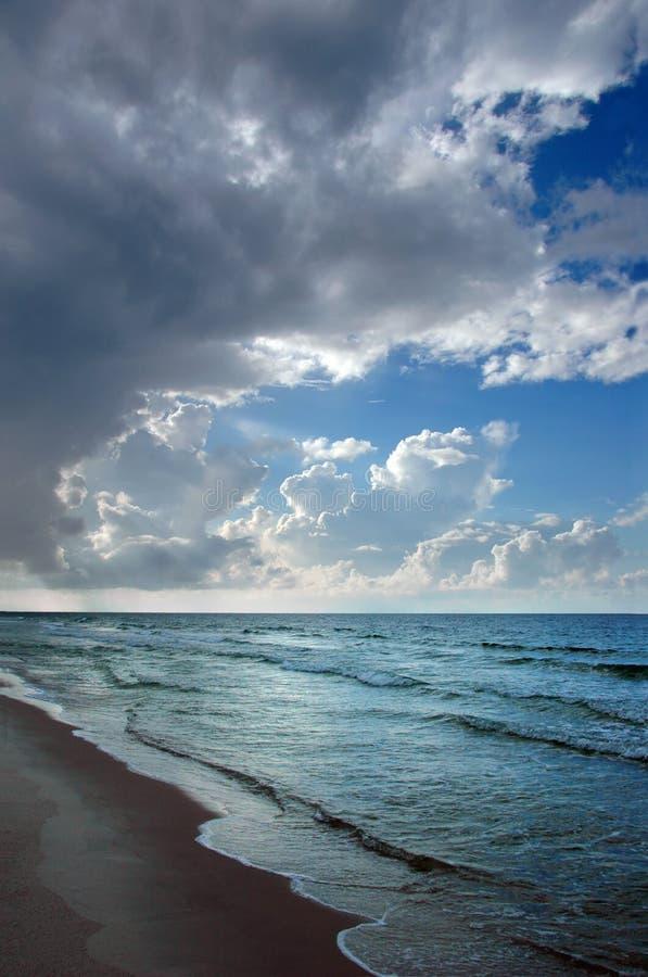 облака пляжа яркие сверх стоковая фотография