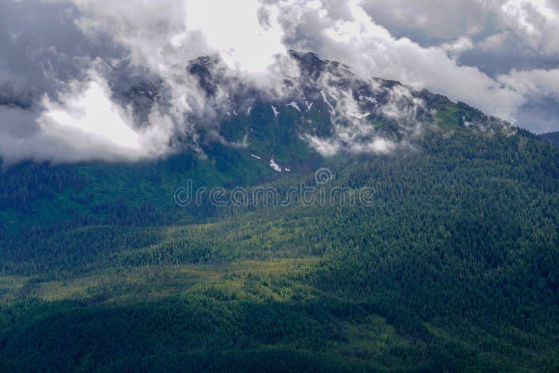 Облака покрывают гору в Juneau Аляске стоковое изображение rf