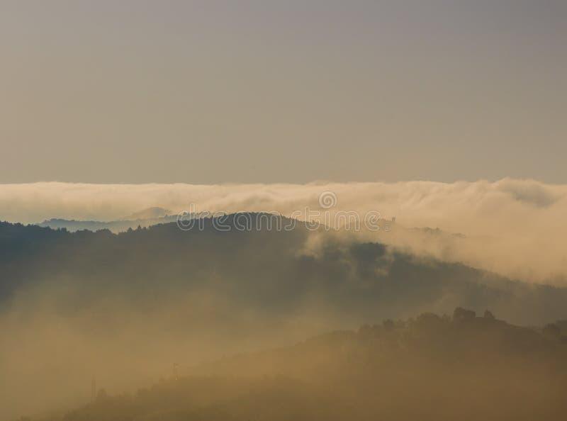 Облака покрывают гору с одеялом хлопка стоковые фото