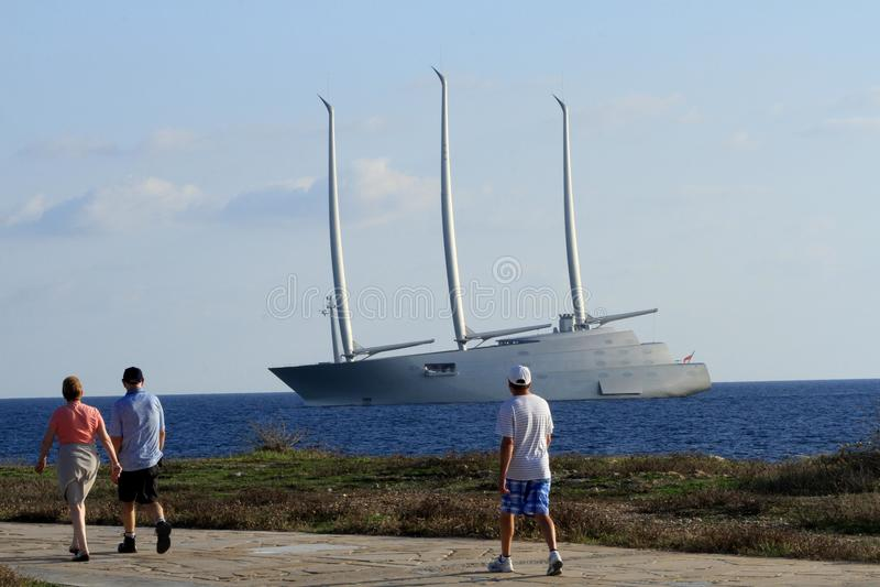 Облака рангоута волны моря корабля парусника плавают вдоль побережья дизайн стоковое изображение