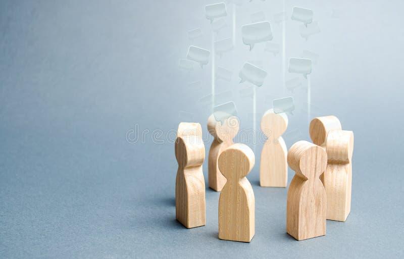 Облака речи в центре круга людей Процессы обсуждения в команде или общине Сотрудничество и сотрудничество стоковые изображения rf