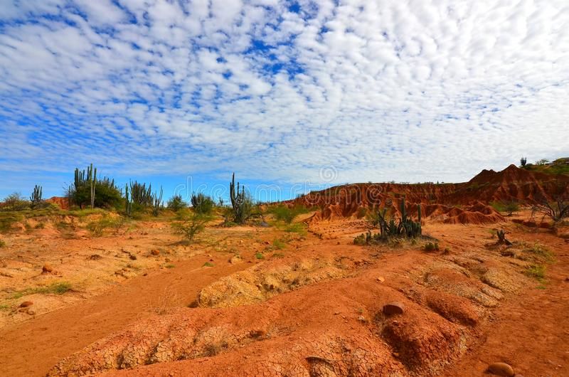 Облака циррокумулуса над пустыней Tatacoa, Колумбией стоковые фото