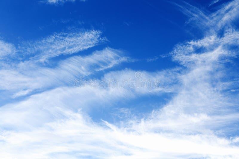 Облака цирруса против голубого неба стоковые фотографии rf