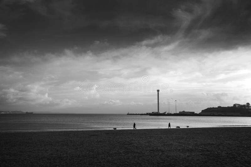 Облака шторма вокруг юрской наблюдательной вышки в Weymouth, прибрежного города горизонта стоковое фото rf