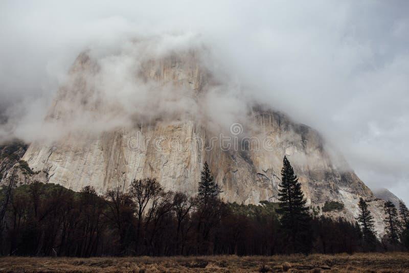 Облака шторма над El Capitan стоковые изображения