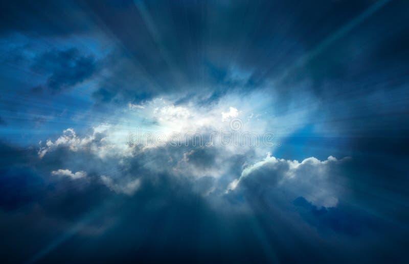 Облака шторма разделяя при Crepuscular лучи светя однако стоковое изображение rf