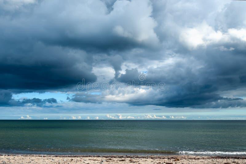 Облака шторма собирая над океаном стоковая фотография