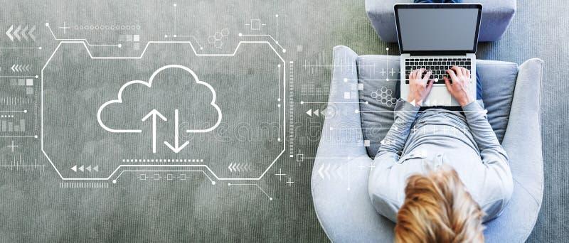 Облако вычисляя с человеком используя ноутбук стоковая фотография