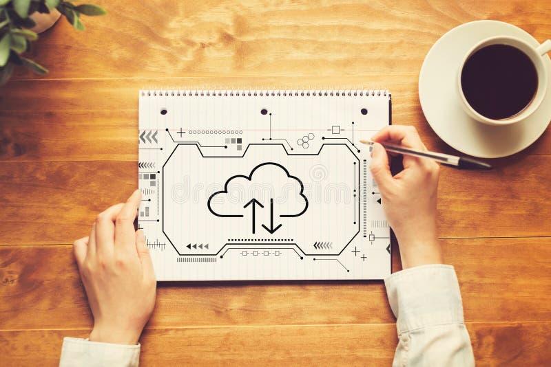 Облако вычисляя с человеком писать в тетради стоковые фотографии rf