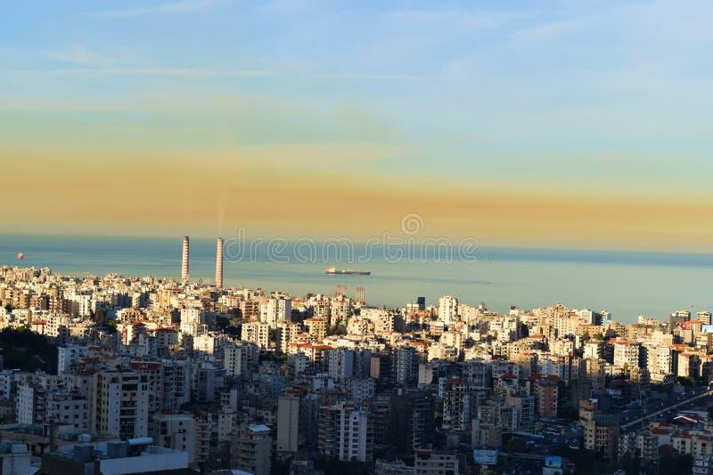 Облако загрязнения воздуха над Джунией, Ливан, с точки зрения Каслика и загрязнения атмосферы стоковая фотография rf