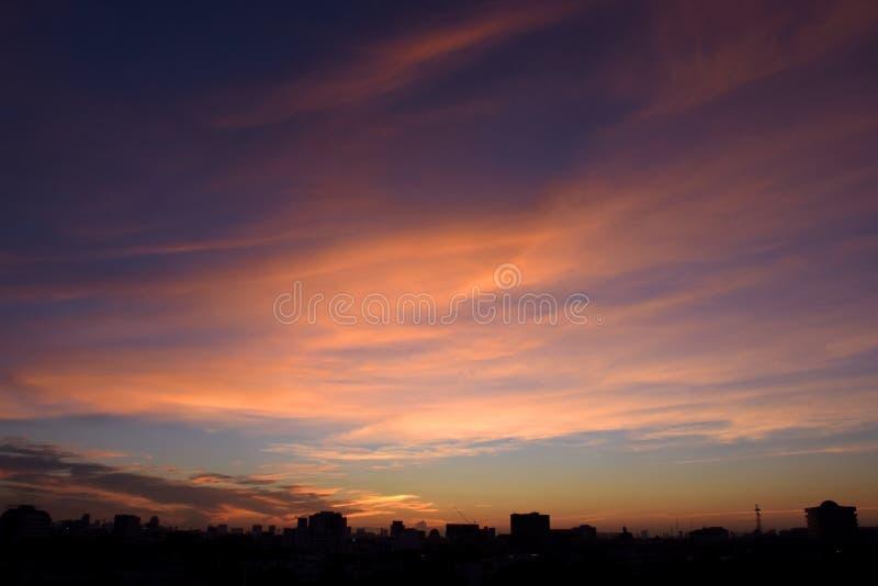 Облако и небо в twilight времени над городом стоковая фотография rf