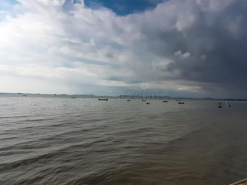 Облако шторма в предпосылке моря перед дождем стоковые изображения rf