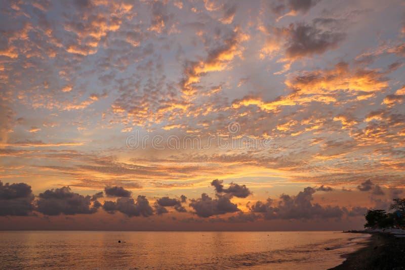 Облачное небо в пастельных цветах для вашего дизайна Красивый заход солнца на острове Бали Заход солнца моря золота Предпосылка з стоковая фотография rf