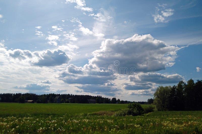 Облачное небо над сельской местностью стоковая фотография rf