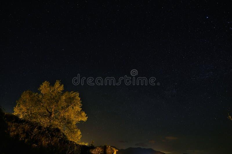 Облачное небо ночи полное звезд, звезд ночного неба вращения earh стоковая фотография rf