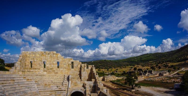 Облачное небо от Bouleuterion в древнем городе Patara Pttra Актовый зал публики Lycia Kas, Анталья, Турция стоковые фотографии rf