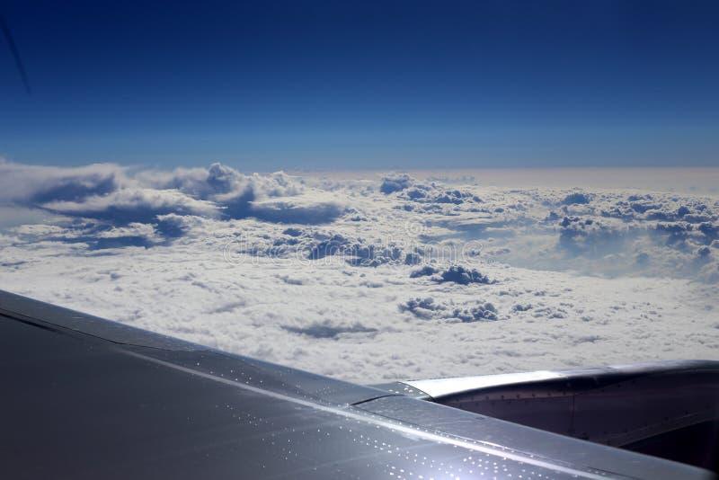 Облачное небо под крылом самолета стоковая фотография rf
