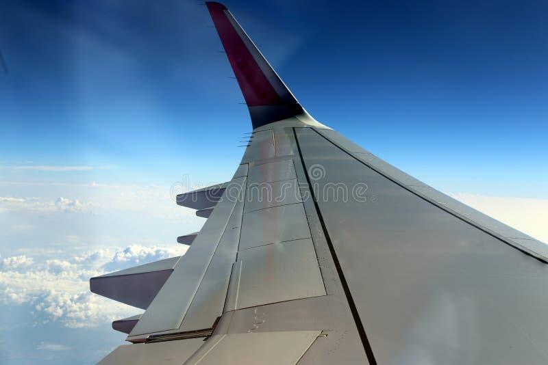 Облачное небо под крылом самолета стоковые фото