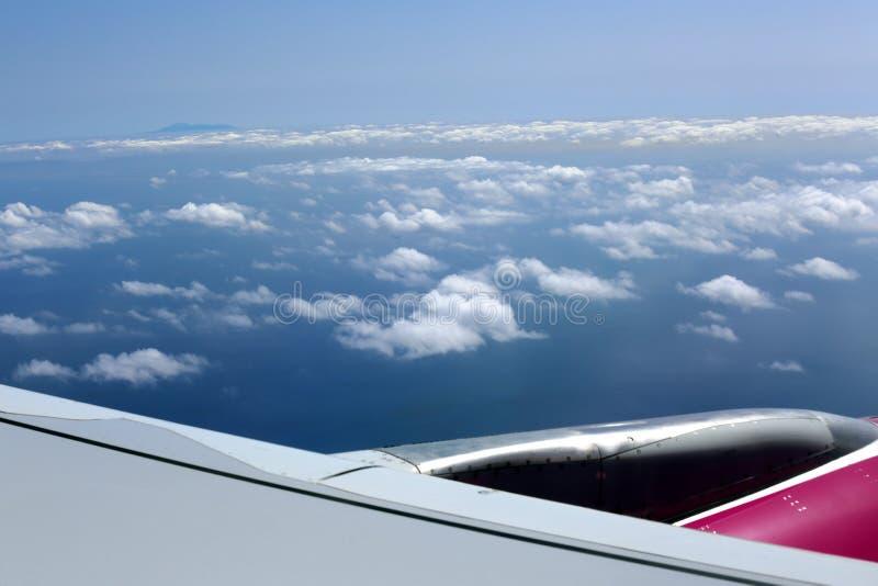 Облачное небо под крылом самолета стоковые фотографии rf