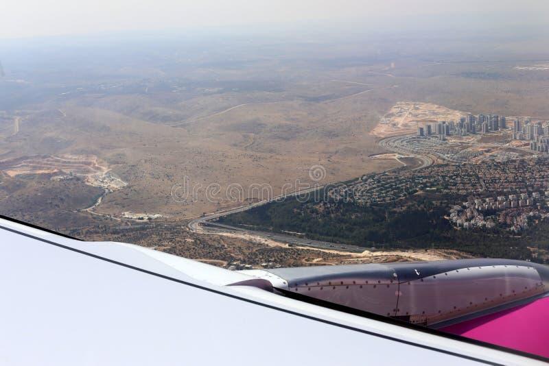 Облачное небо под крылом самолета стоковое изображение rf