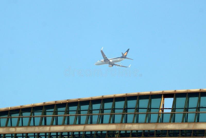 Облачное небо под крылом самолета стоковое фото