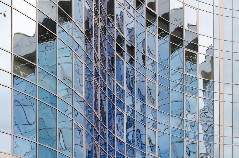Облачное небо стеклянной поверхности зеркала небоскреба отражая, стоковые фото