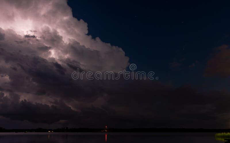 Облегчая Brights вверх по облаку в шторме ночи стоковые фотографии rf