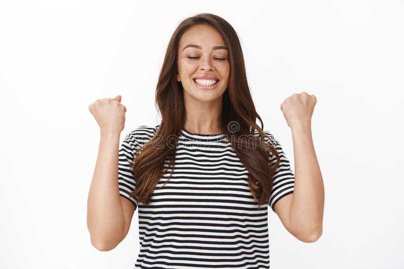 Облегченная счастливая спортсменка получает спортивные результаты, чувствуя себя совершенной и довольной, кулаком, счастливо дыша стоковое фото