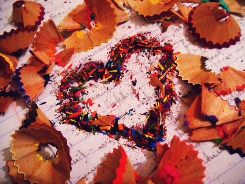 Обломоки карандаша делая красивое сердце стоковое изображение rf