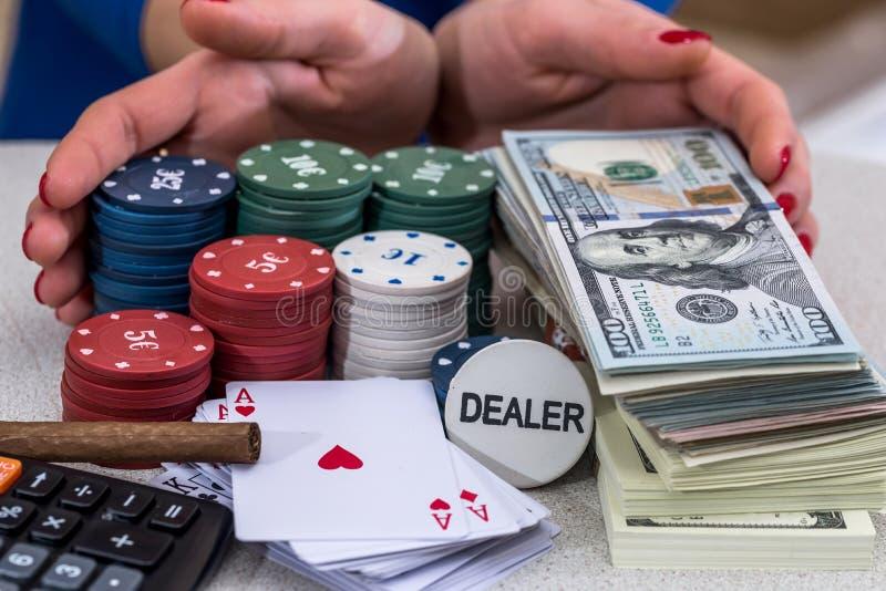 Обломоки, карточки, деньги и сигареты стоковое фото