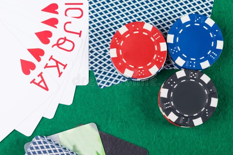 Обломоки покера с карточками и карточками выигрывая сочетания из стоковые изображения