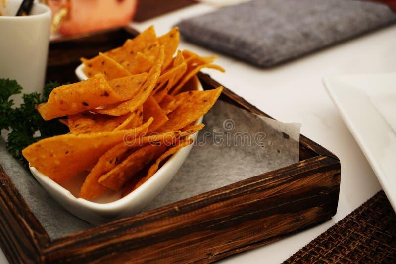 Обломоки Nachos с сальсой и гуакамоле томата стоковое фото