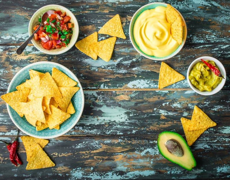 Обломоки Tortilla и сортированные погружения стоковые фото