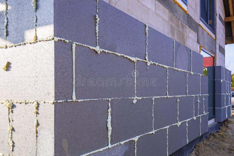 Облучение солнцем стиропора графита на новом доме стоковое фото