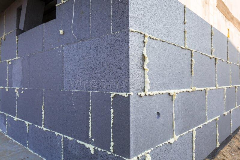 Облучение солнцем стиропора графита на новом доме стоковая фотография rf