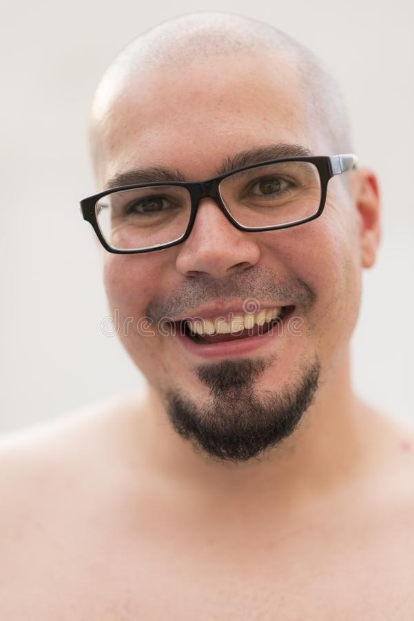 Облыселый человека портрет outdoors усмехаясь и без рубашки стоковое фото rf