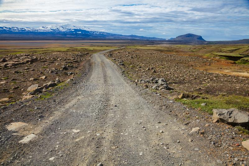 Обматывая дорога гравия к вулкану Hekla в Исландии Скандинавии стоковые фото