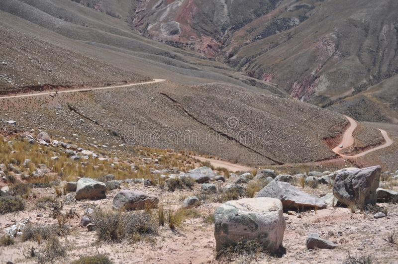 Обматывая кривые которое водит к долинам Calchaquíes стоковые фотографии rf