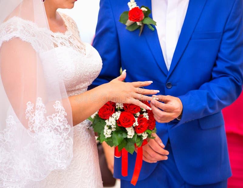 Обмен колец жених и невеста стоковое фото