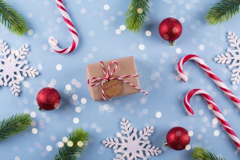 Обмен подарка Boxe с игрушками ветви и рождества ели Санта примечания секретными на голубой пастельной предпосылке стоковая фотография rf