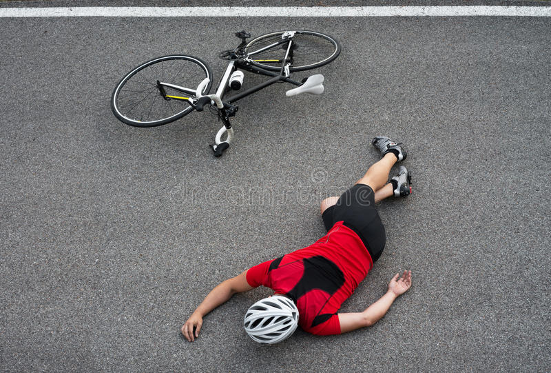 Обморочный велосипедист в дороге стоковые изображения rf