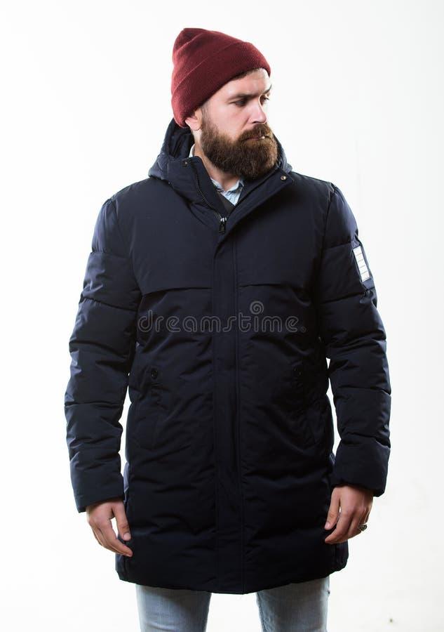 Обмундирование битника Стильный и удобный Хипстер человека бородатый представляя уверенно в теплых черных куртке или parka Битник стоковое фото rf