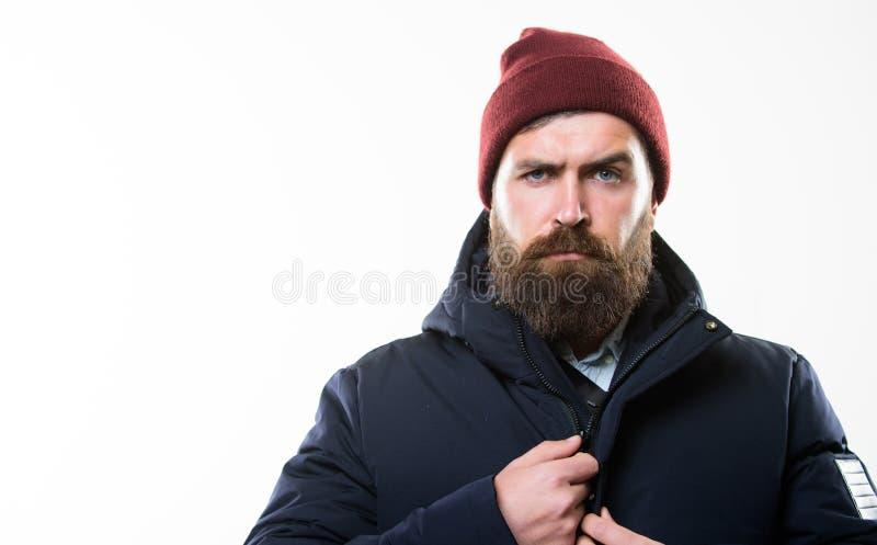 Обмундирование битника Стойка хипстера человека бородатая в теплом черном parka куртки изолированном на белизне Стильный и удобны стоковое фото