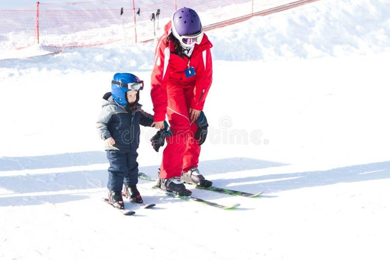 Обмундирование зимы лыжного курорта деятельности при ребенка инструктора стоковые фотографии rf